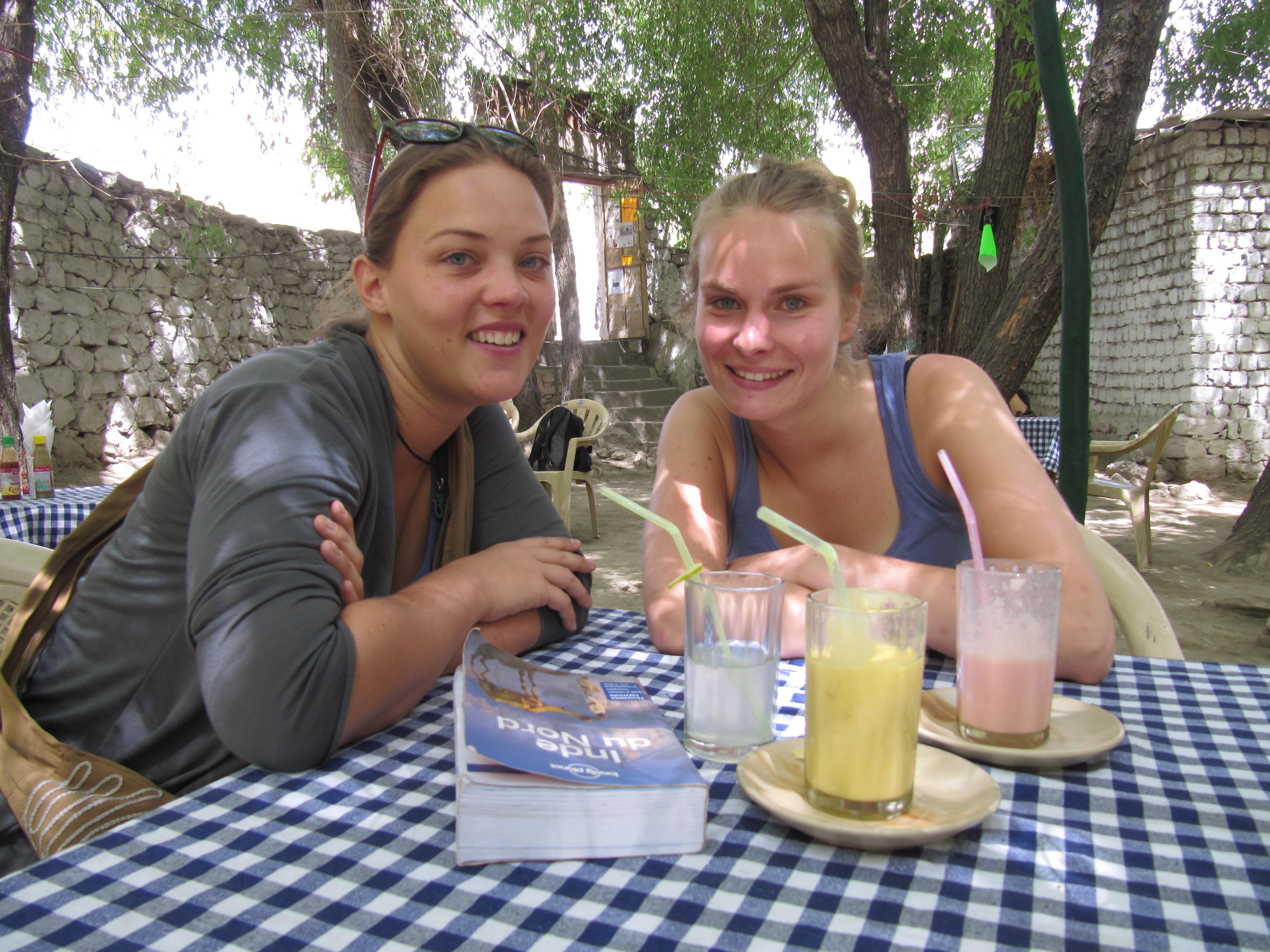 Belle et Alex en terrasse, Leh, Inde, 5 juillet 2013