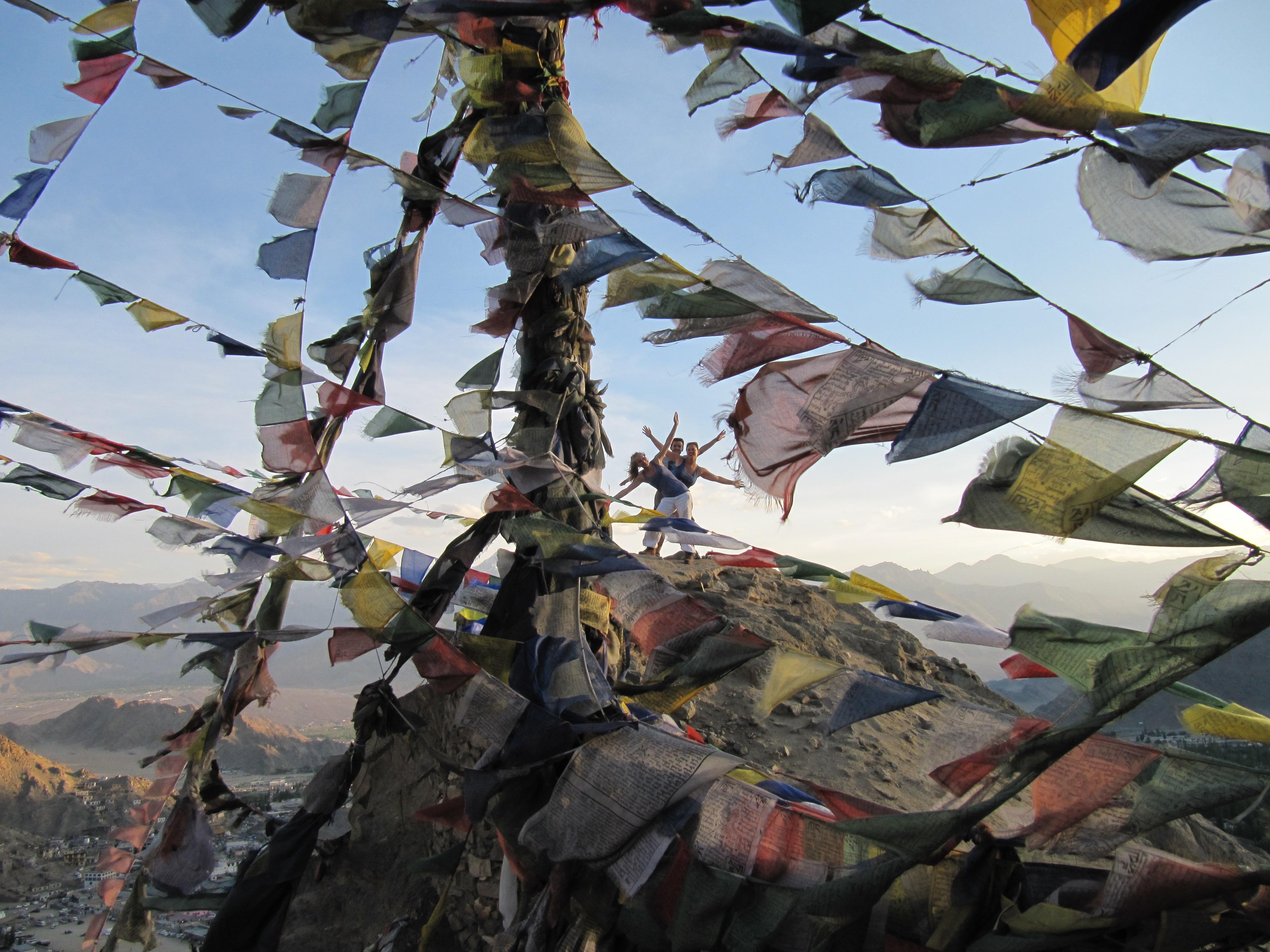 A trois, perdus dans les drapeaux de prière, Fort de Leh, Inde, 6 juillet 2013