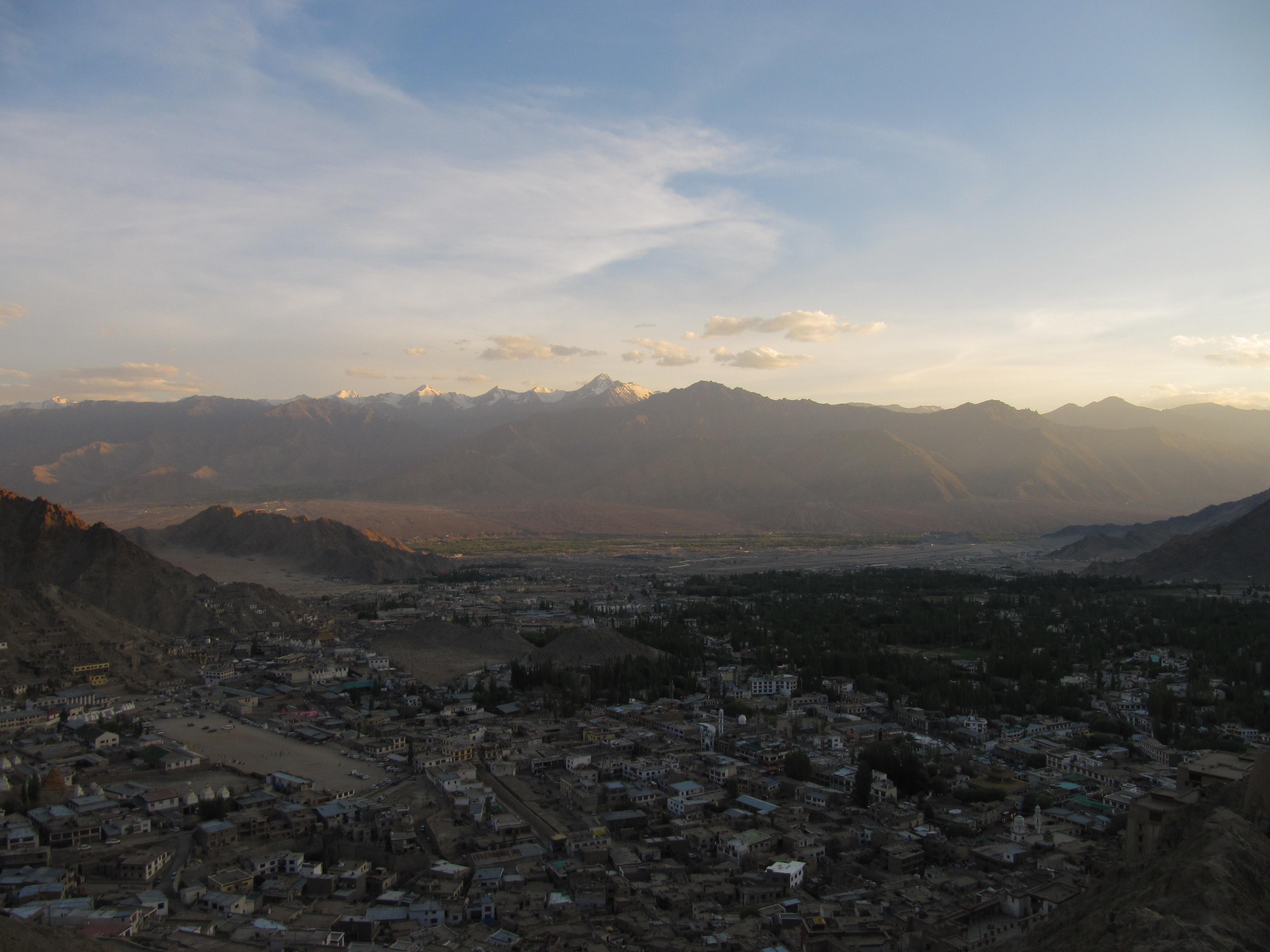Coucher de soleil sur la snowline, Leh, Inde, 6 juillet 2013